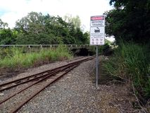 Una muestra que no muestra ningún acceso para las actividades peligrosas en una pista ferroviaria por un río Foto de archivo