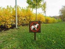 Una muestra que prohíbe caminar los perros Imágenes de archivo libres de regalías