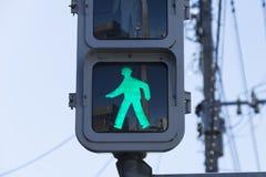 Una muestra verde del semáforo que dice a gente puede caminar o el caminar del peatón Esta señal de tráfico era Japón admitido imagen de archivo libre de regalías