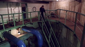 Una mujer abajo de las escaleras almacen de metraje de vídeo