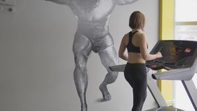 Una mujer adulta quiere poner su cuerpo en forma antes de la estación de la playa del verano metrajes