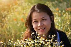 Una mujer asiática feliz hermosa en el jardín de flores Imagen de archivo