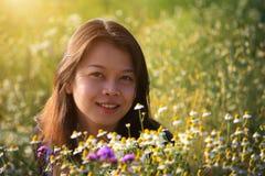 Una mujer asiática feliz hermosa en el jardín de flores Fotografía de archivo