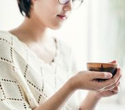 Una mujer asiática que goza de su té foto de archivo
