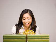 Una mujer asiática y un regalo Foto de archivo libre de regalías