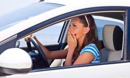 Una mujer asustada está en el coche Imágenes de archivo libres de regalías
