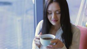 Una mujer atractiva joven con un café metrajes