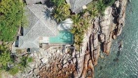 Una mujer atractiva joven en un bikini en una piscina en un chalet de lujo almacen de video
