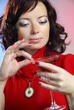 una mujer atractiva joven hermosa con el vidrio de Martini Imagen de archivo
