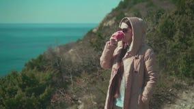 Una mujer bebe té o el café almacen de metraje de vídeo