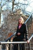 Una mujer camina abajo de las escaleras Foto de archivo