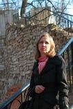 Una mujer camina abajo de las escaleras Imagenes de archivo