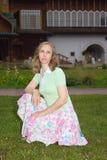 Una mujer camina cerca del palacio del zar Alexei Mikhailovich en Kol Fotos de archivo libres de regalías
