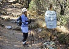 Una mujer camina en Miller Peak Wilderness Foto de archivo libre de regalías