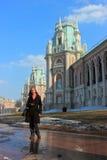 Una mujer camina en un parque cerca del palacio Tsaritsyno Fotografía de archivo