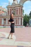 Una mujer camina en un parque cerca del palacio Tsaritsyno. Moscú. Imagen de archivo libre de regalías