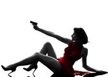 Mujer atractiva que sostiene la silueta del arma Imágenes de archivo libres de regalías