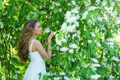 Una mujer caucásica joven en un jardín hermoso Imagen de archivo libre de regalías