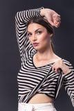 Una mujer caucásica joven 20s, 20-29 años, presentación del modelo de moda Imagen de archivo