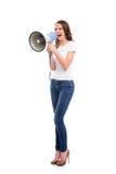 Una mujer caucásica joven y atractiva que grita en el megáfono Imagen de archivo