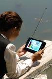 Una mujer con el ordenador portátil en ol del parque Imagen de archivo libre de regalías