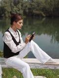 Una mujer con el ordenador portátil en zzx del parque Imagen de archivo libre de regalías