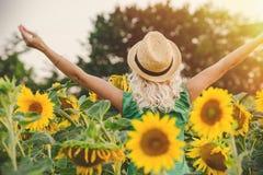 Una mujer con el pelo largo levantó sus manos para arriba, visión trasera el concepto de libertad Fotos de archivo libres de regalías