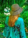 Una mujer con el sombrero de paja en parte trasera Fotos de archivo
