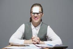 Una mujer con una etiqueta engomada en su frente fotos de archivo