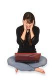 Una mujer con la computadora portátil en el fondo blanco Foto de archivo