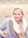 Una mujer con la manzana Fotos de archivo libres de regalías