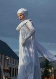 Una mujer con los ojos cerrados en el traje de la Santa Lucía Imagen de archivo libre de regalías