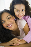 Una mujer con su hija Imagenes de archivo