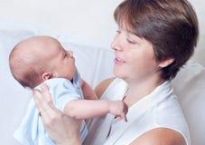 Una mujer con un bebé recién nacido Foto de archivo