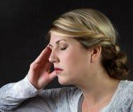 Una mujer con un dolor de cabeza Fotos de archivo