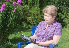 Una mujer con un e-libro Fotos de archivo libres de regalías