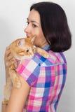 Una mujer con un gato en su hombro Foto de archivo