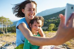 Una mujer con un muchacho encima de una montaña Imagenes de archivo