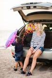 Una mujer con un niño en el coche Fotos de archivo libres de regalías