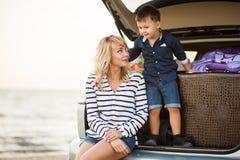 Una mujer con un niño en el coche Fotografía de archivo libre de regalías