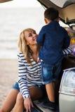 Una mujer con un niño en el coche Foto de archivo libre de regalías