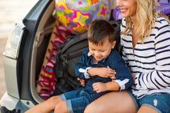 Una mujer con un niño en el coche Fotografía de archivo