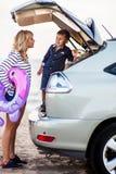 Una mujer con un niño en el coche Imagen de archivo libre de regalías
