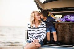 Una mujer con un niño en el coche Imágenes de archivo libres de regalías