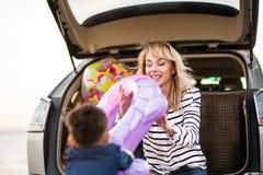 Una mujer con un niño en el coche Imagen de archivo