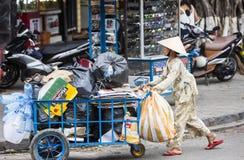 Una mujer con una carretilla Fotografía de archivo