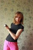 Una mujer con una pesa de gimnasia ha estado cargando Imagen de archivo libre de regalías