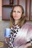 Una mujer con una taza de té Fotos de archivo libres de regalías