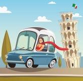 Una mujer conduce un pequeño coche azul al lado de la torre inclinada en Pisa Fotos de archivo libres de regalías