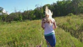 Una mujer corre en el bosque metrajes